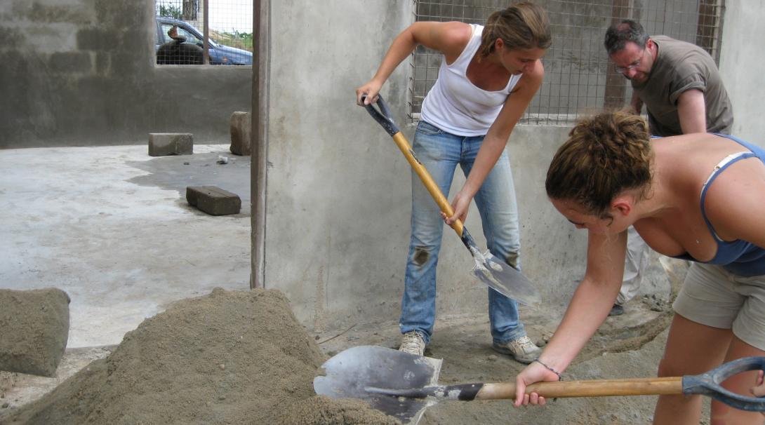 Voluntarios construyendo aulas en Ghana.